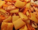 """Paccheri con calamari, pesce spada e peperoni gialli - o formato do paccheri combina maravilhosamente bem com molhos """"pedaçudos"""" feitos especialmente com peixe e frutos do mar - particularmente com lula."""