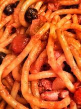 Pici all'amatriciana - o pici é uma pasta normalmente feita a mão, bem mais grossa que o spaghetti. Seu formato e sua consistência (que é um pouquinho mais grudenta, devido à ausência de ovo) são perfeitos para molhos mais encorpados e pesados. (Foto: Simone Tortini)
