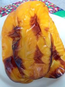 Pimentão assado, quase queimado, mas no ponto para tirar a pele facilmente!