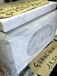 Caixinha de mármore na qual o lardo é curado