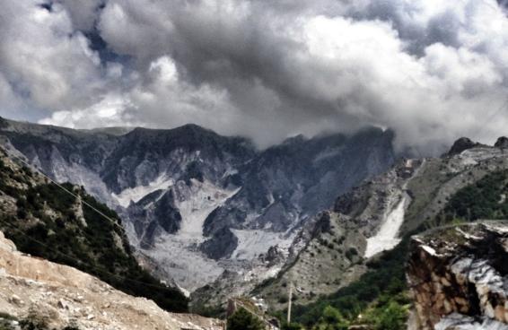Vista de Colonnata: montanha escavada