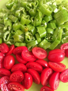 Pimentas cortadas em rodelas e tomatinhos na metade