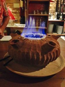 A grolla pegando fogo... depois de flambar e caramelar o açúcar ao redor, ela é tampada. E a brincadeira começa!