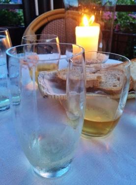 """A tradição da zona é servir vinhos em copos com essas """"dobradinhas"""" que, segundo eles, exalta os aromas"""