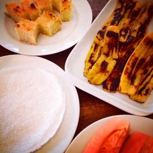 Café da manhã: mamão formosa, tapioca, banana-da-terra e bolo de macaxeira