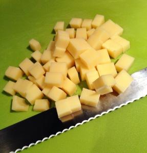 Queijo em cubinhos: recomendo usar uma faca com serra, tipo de pão. É mais fácil porque o queijo não gruda na lâmina