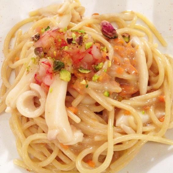 Spaghetti con calamari, gamberi crudi e pistacchi