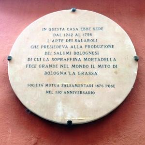 Placa redonda como a mortadela, no Vicolo Ranocchi