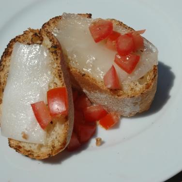 Lardo pronto, com pão torradinho e tomate