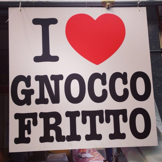 Stand da Emilia Romagna (Parma): gnocco fritto - o pastel recheado na hora com salumi da região - o street food por excelência!