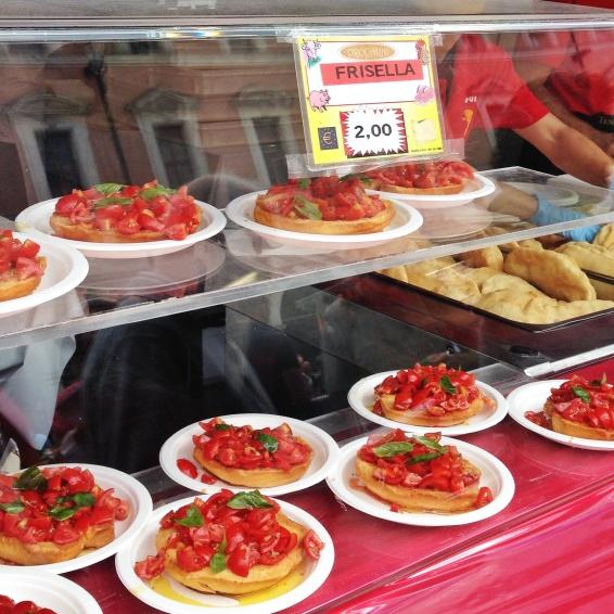 Da Puglia: friselle con pomodori (a frisella é como um bagel, mais duro e normalmente integral)