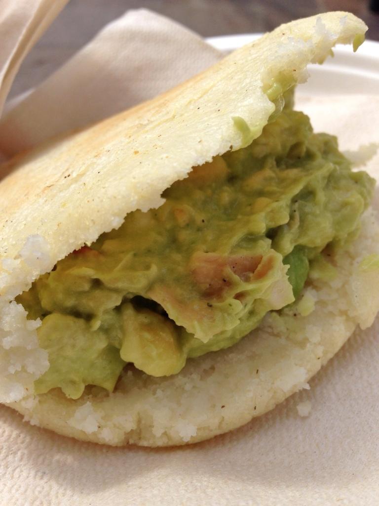 arepa com frango e  abacate
