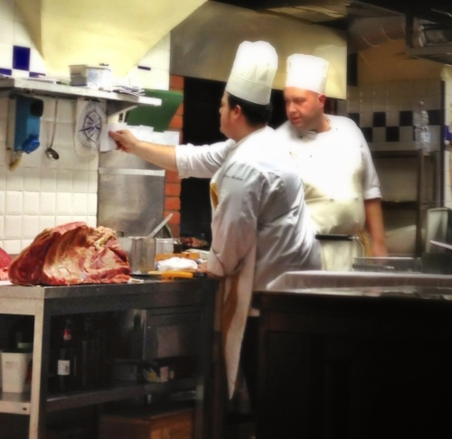 Entendeu o tamanho dos cozinheiros? Agora, imagina o tamanho da peça de bistecca...