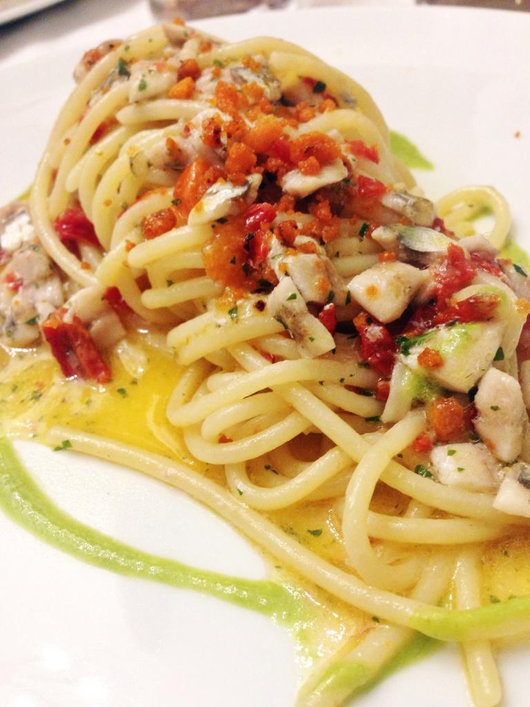 Spaghetti con pomodori, alici, colatura di alici e profumo di finocchietto selvatico